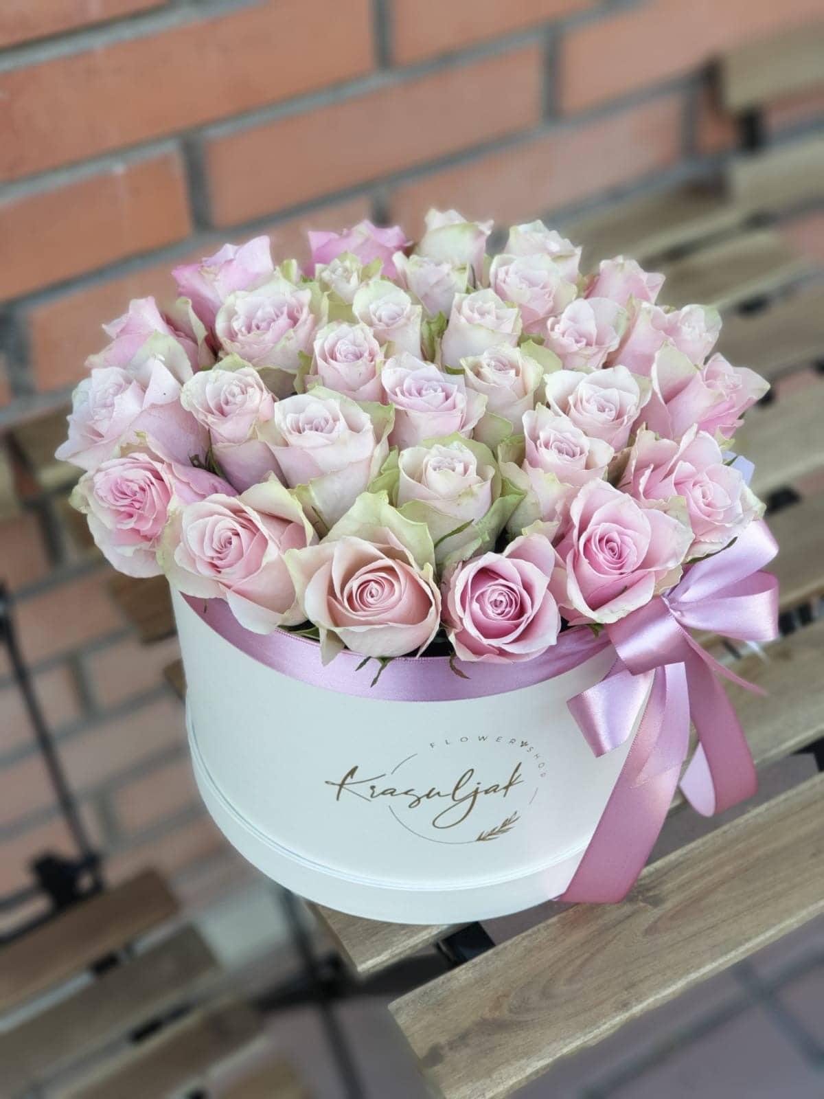 Bela kutija sa ruzama nezno roze boje