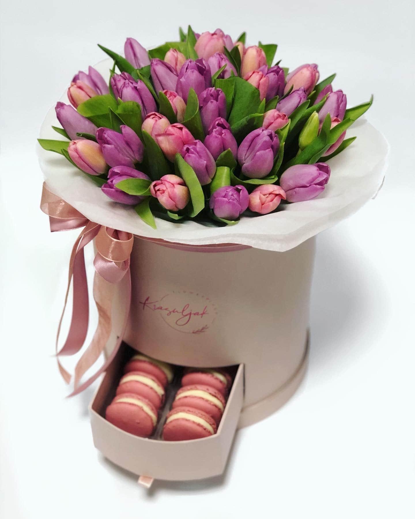 Kutija puder boje sa ljubicastim i rozim lalama