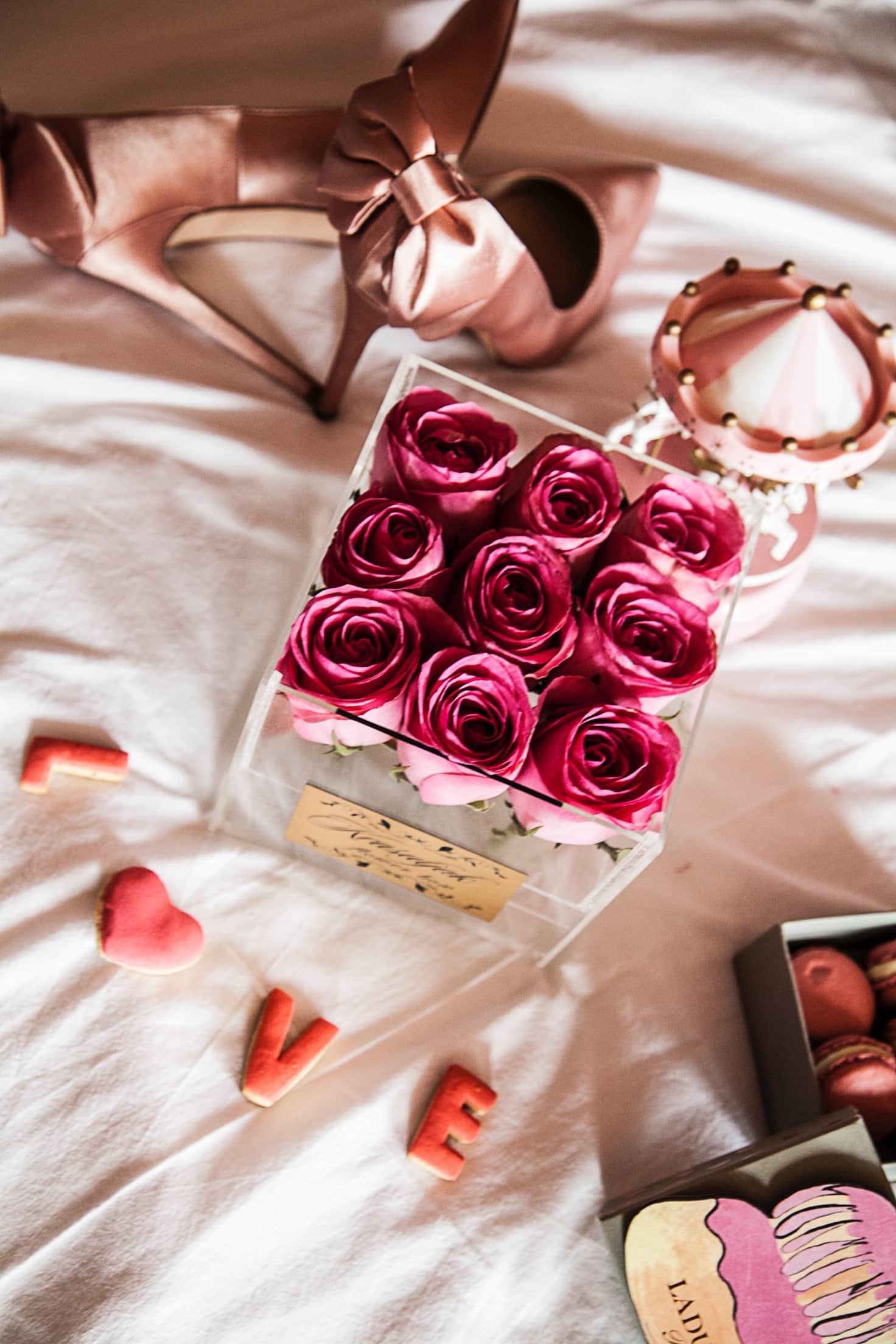 Roze ruze u staklenoj kutiji