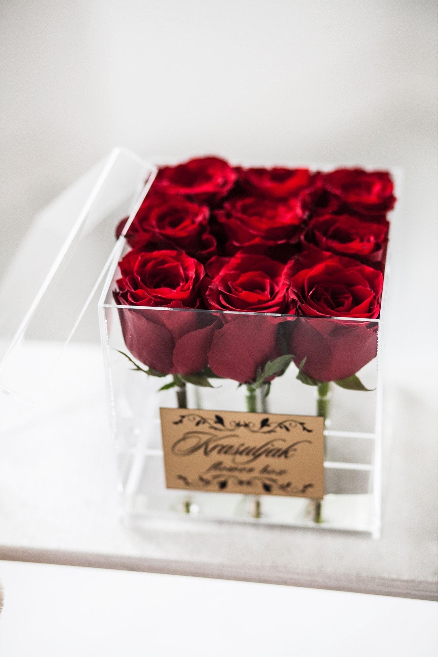 Crvene ruze u staklenoj kutiji