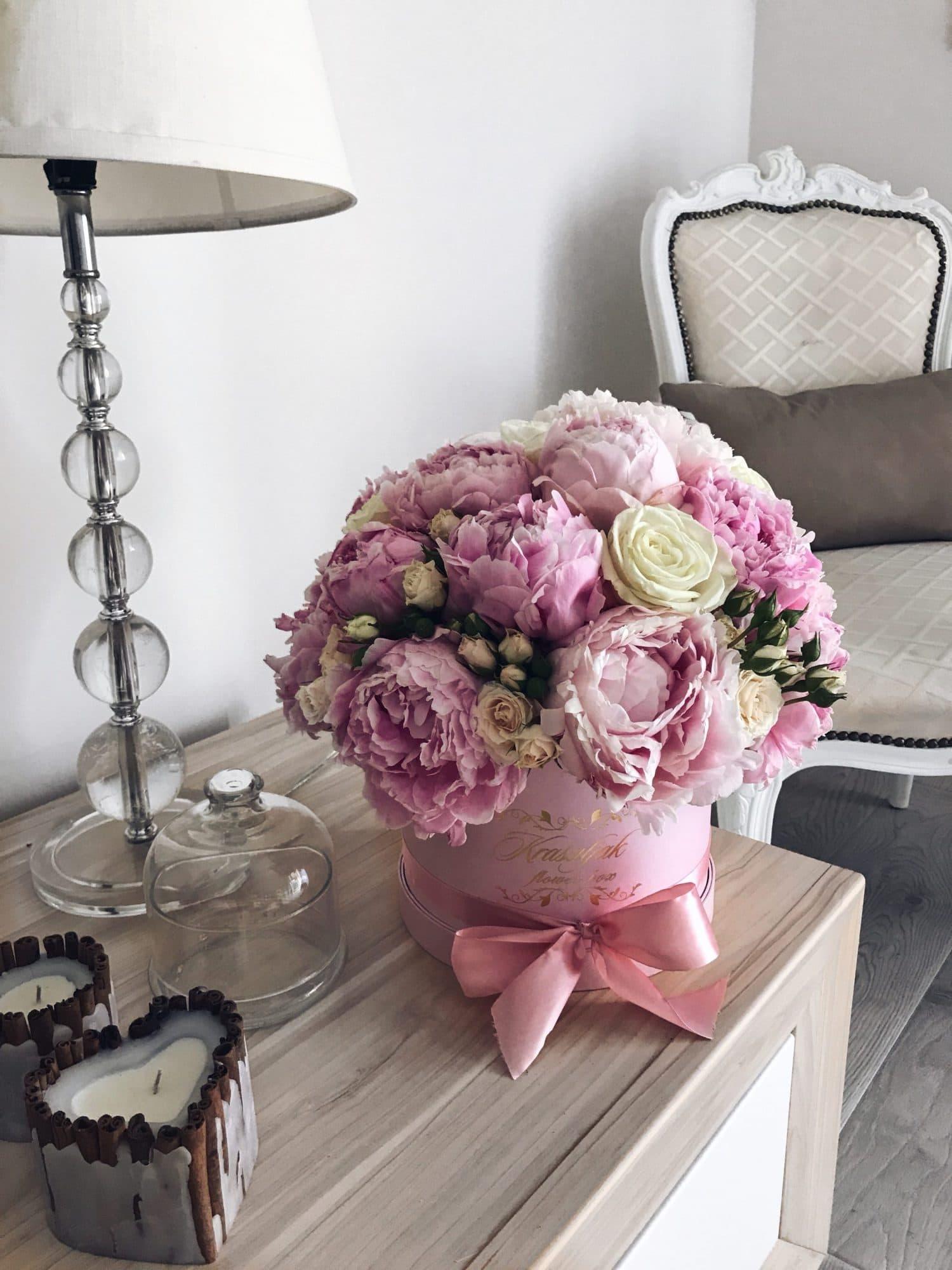 Roza kutija sa rozim bozurima i belim ruzama