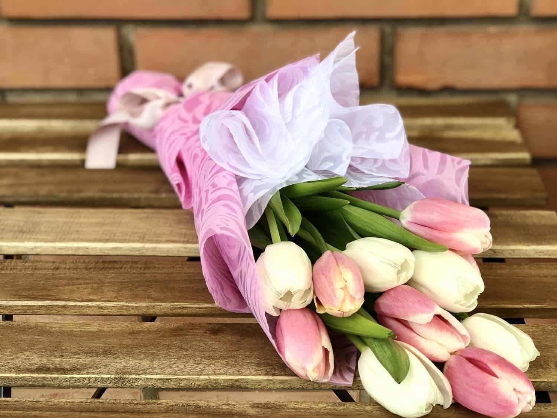 Bele i roze lale u ukrasnom rozo-belom papiru sa masnom