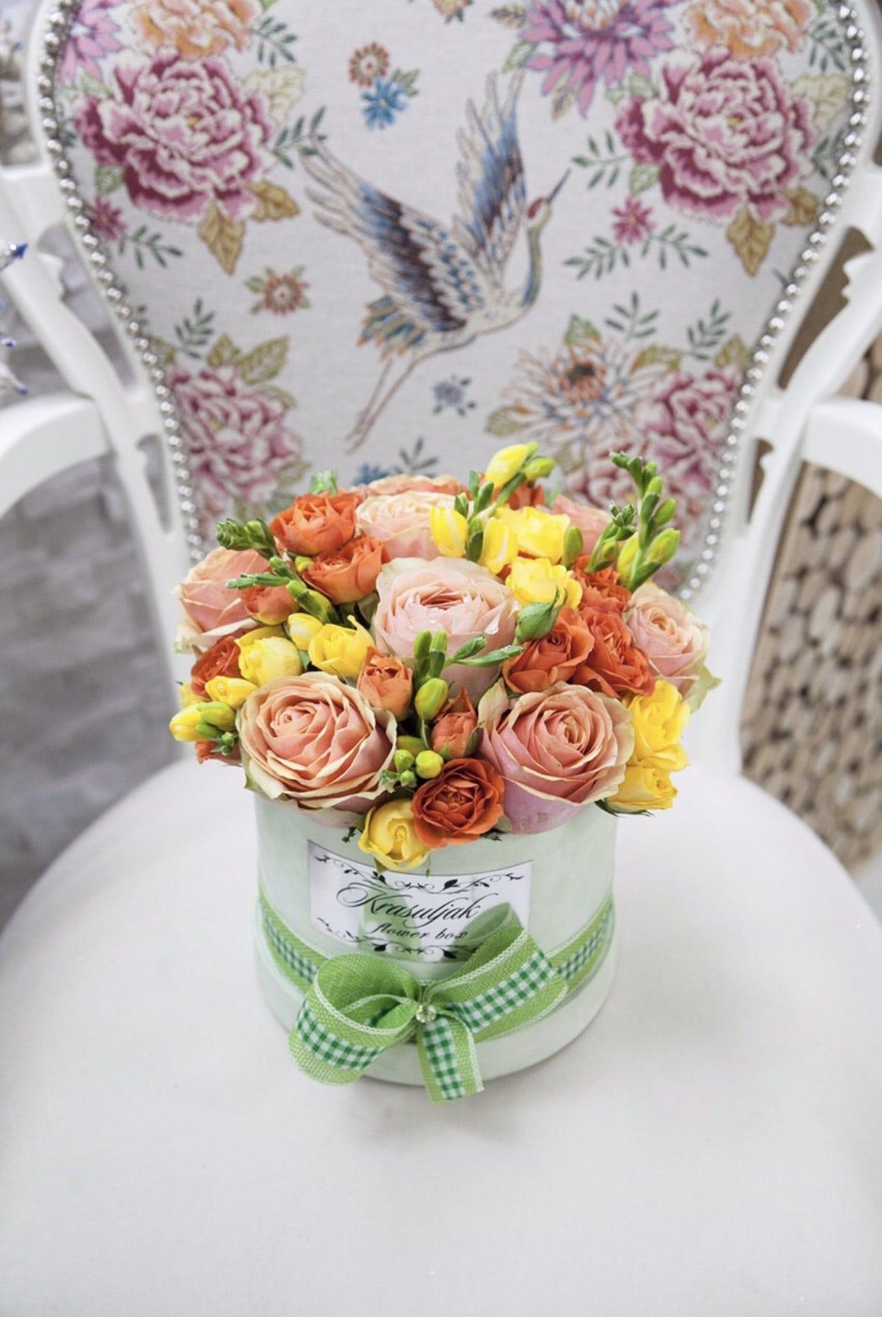 Cvece - Svetlo zelena kutija sa sarenim ruzama (zuta, narandzasta i svetlo roza boja)