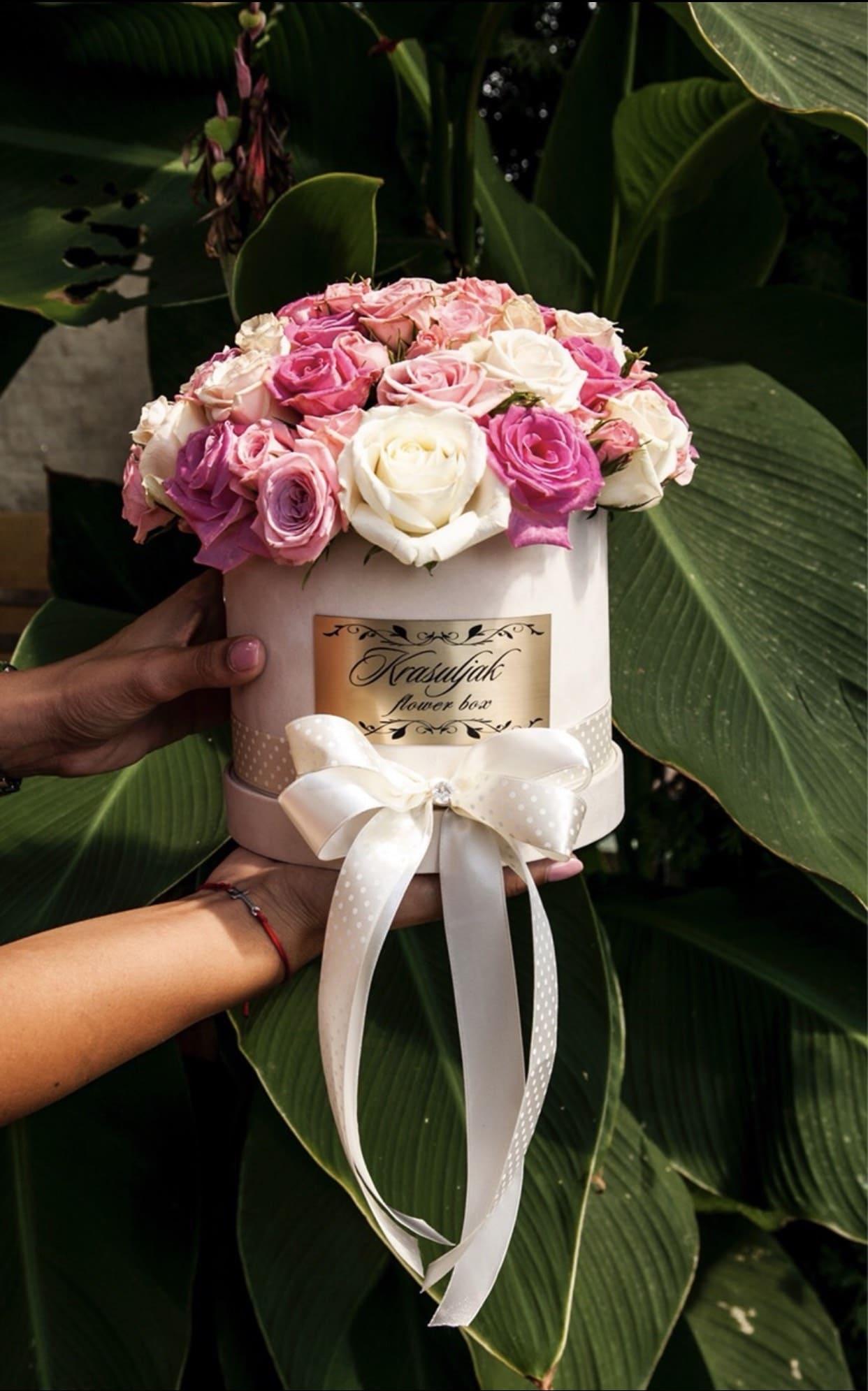 Krem kutija sa rozim i belim ruzama