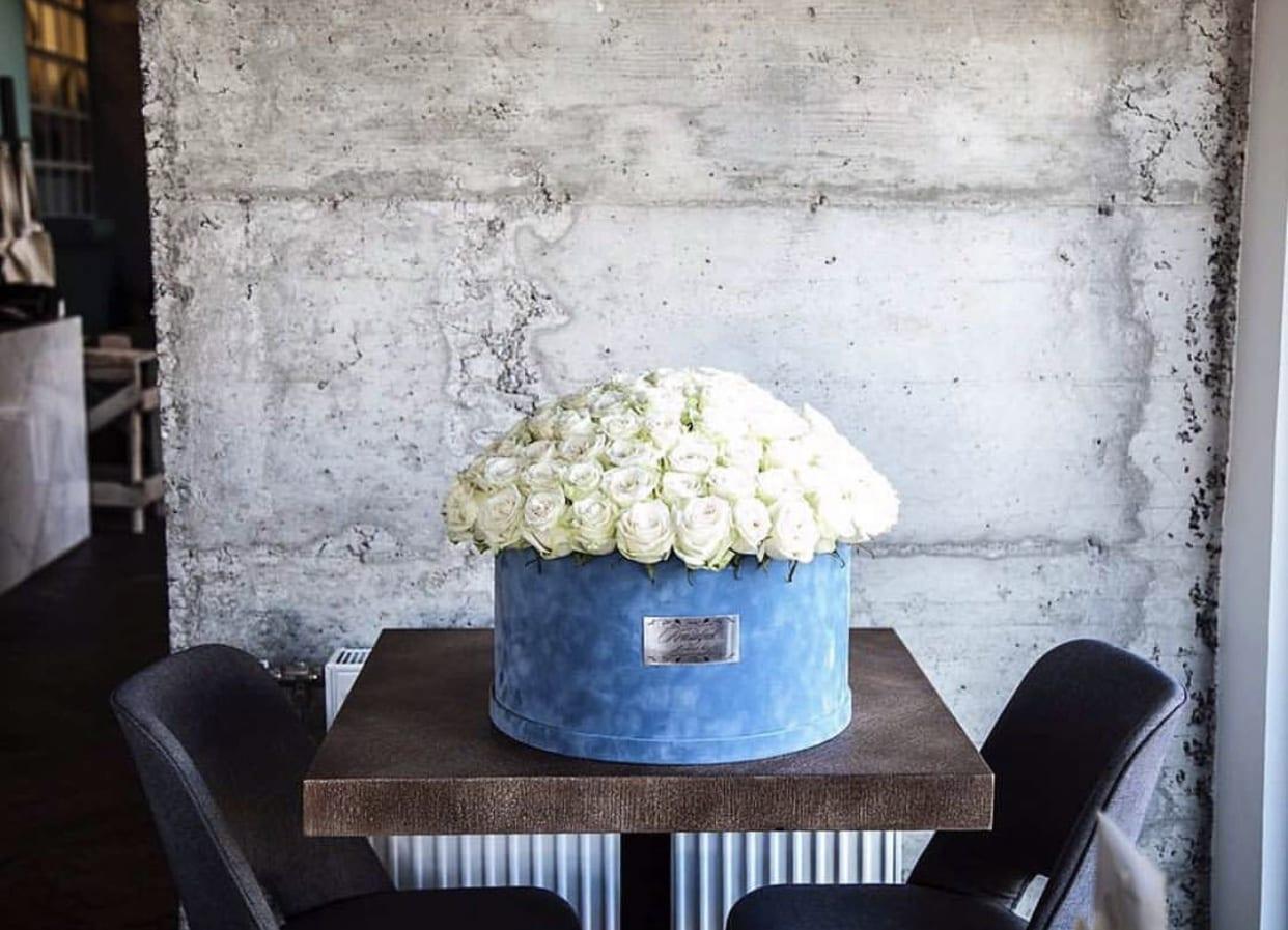 Cvece - Plisana plava kutija sa belim ruzama
