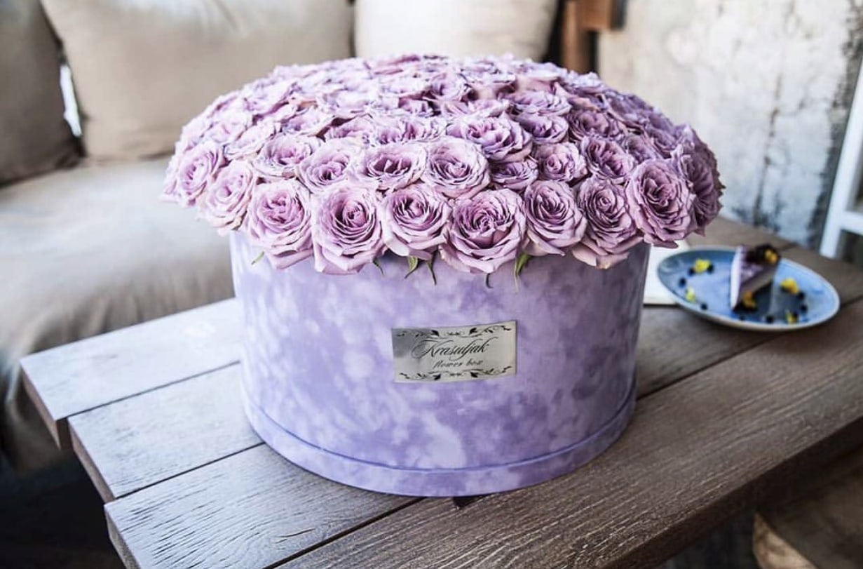 Cvece - Plisana lila kutija sa ruzama boje lavande