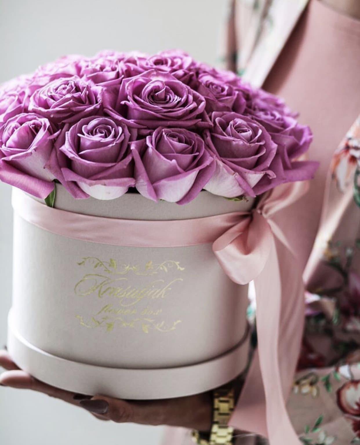 Siva kutija sa rozim ruzama