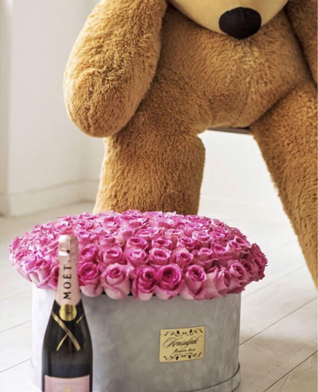 Siva plisana kutija sa ruzama roze boje