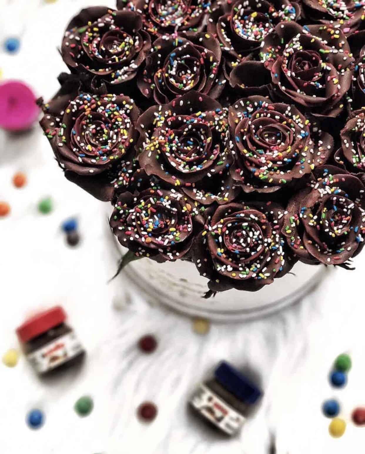 Cokoladne ruze sa sarenim mrvicama u kutiji