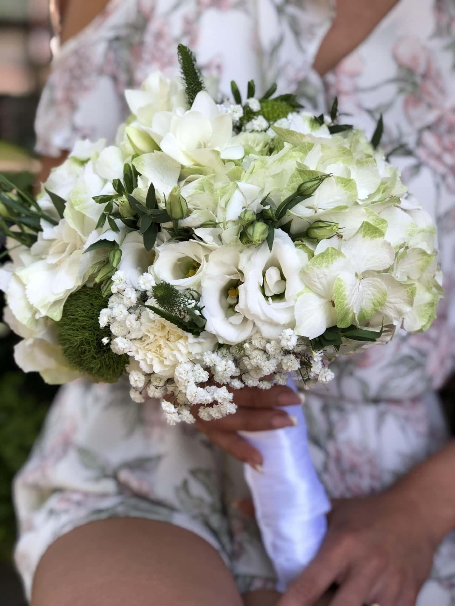 Beli bidermajer od prirodnog cveca, sa ukrasnim zelenilom