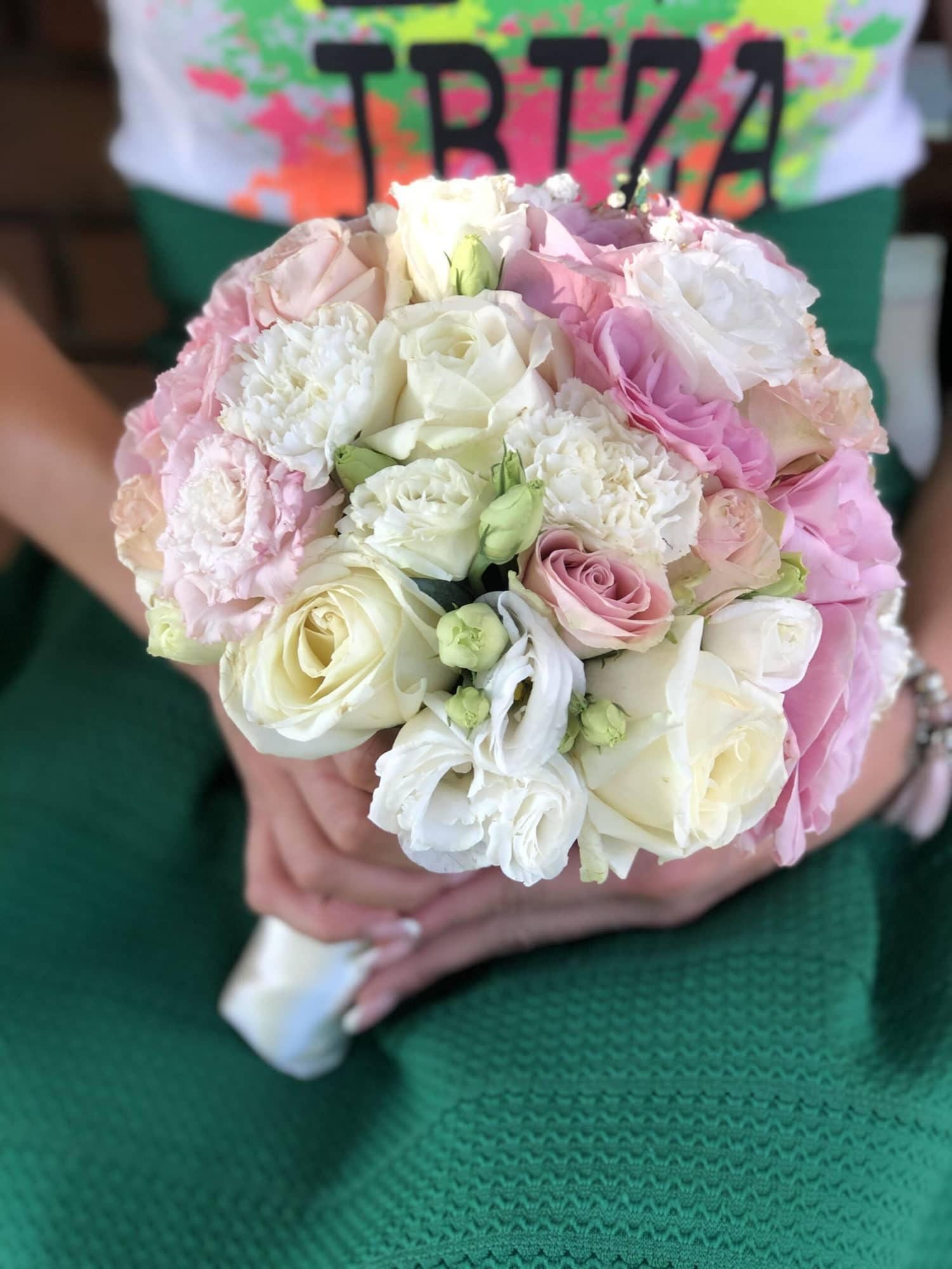 Bidermajer neznih pastelnih rozih boja, sa ubacenim belim ruzama