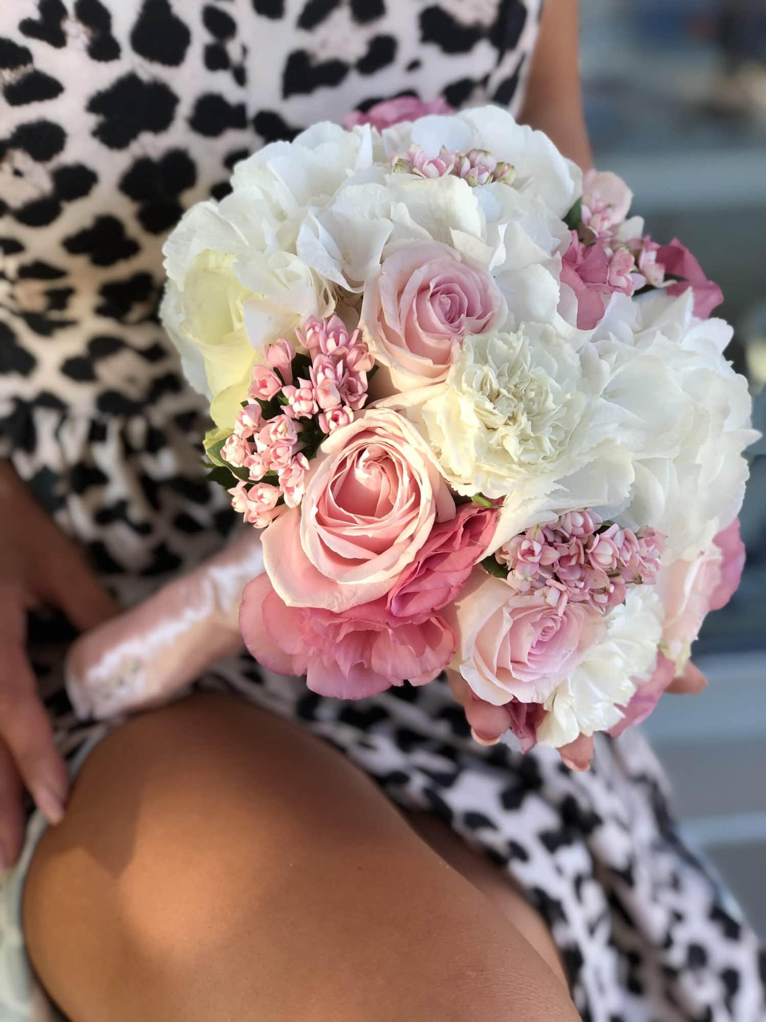 Nezno rozo-beli bidermajer, u kom preovladavaju ruze