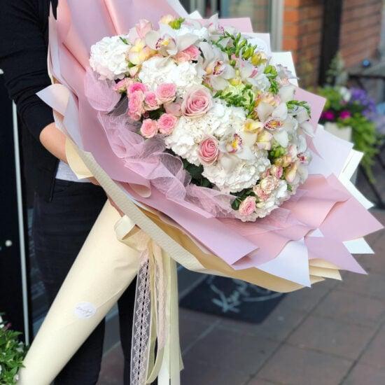 Cvece - Veliki buket sa raznolikim cvecem bele i roze boje, u nezno zutom ukrasnom papiru
