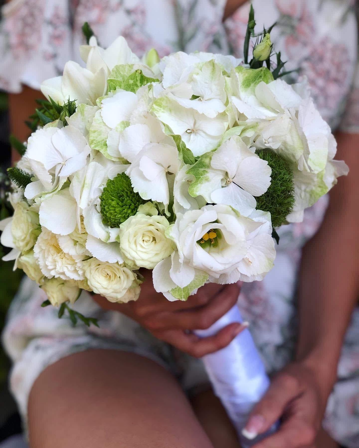 Bidermajer od belog prirodnog cveca sa ukrasnim zelenilom