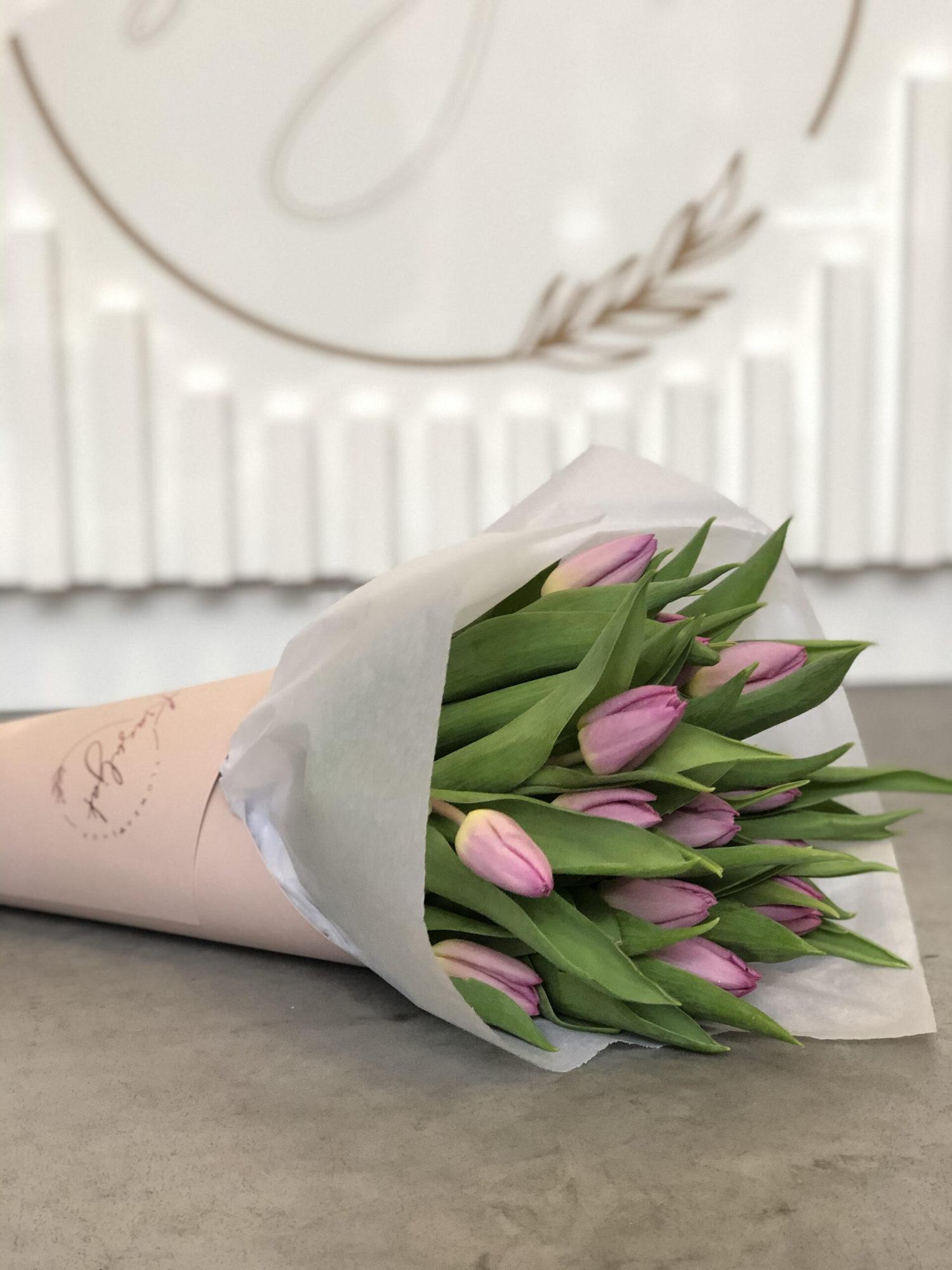 Buket rozih lala u ukrasnom fiseku mat boje