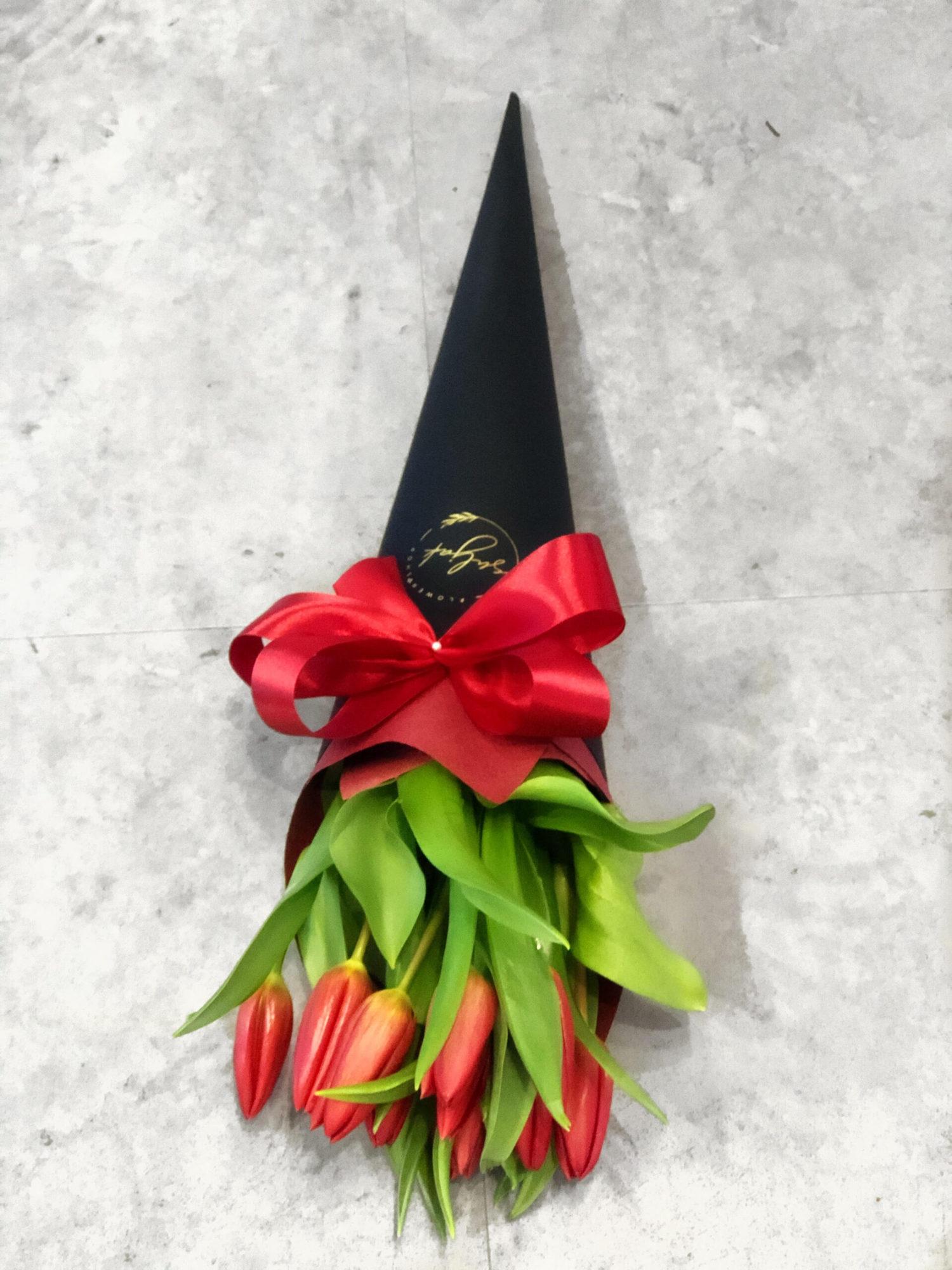 Buket lala u crnom mat fiseku sa crvenom masnom