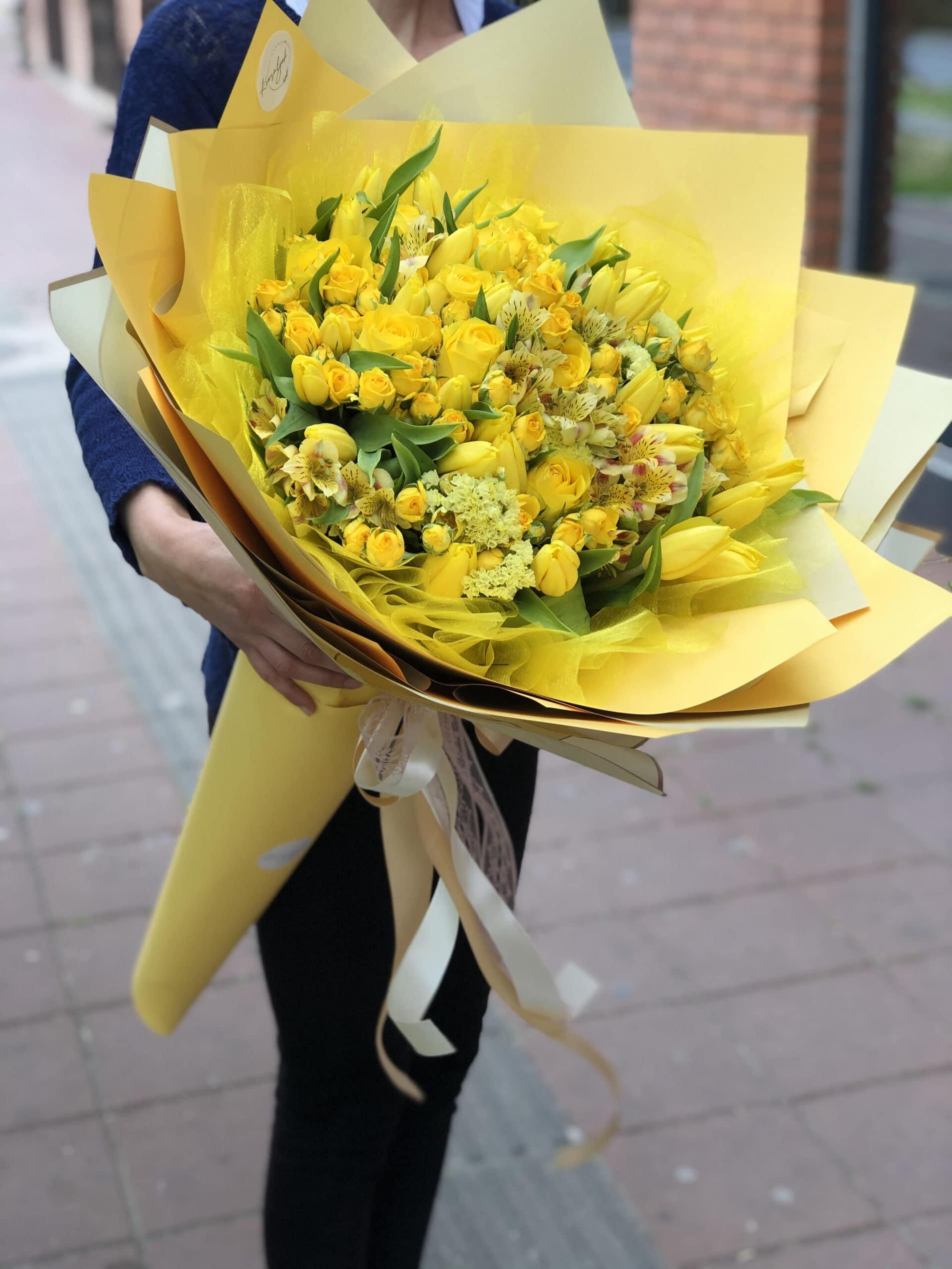 Cveće - buket žutog cveća u žutom papiru