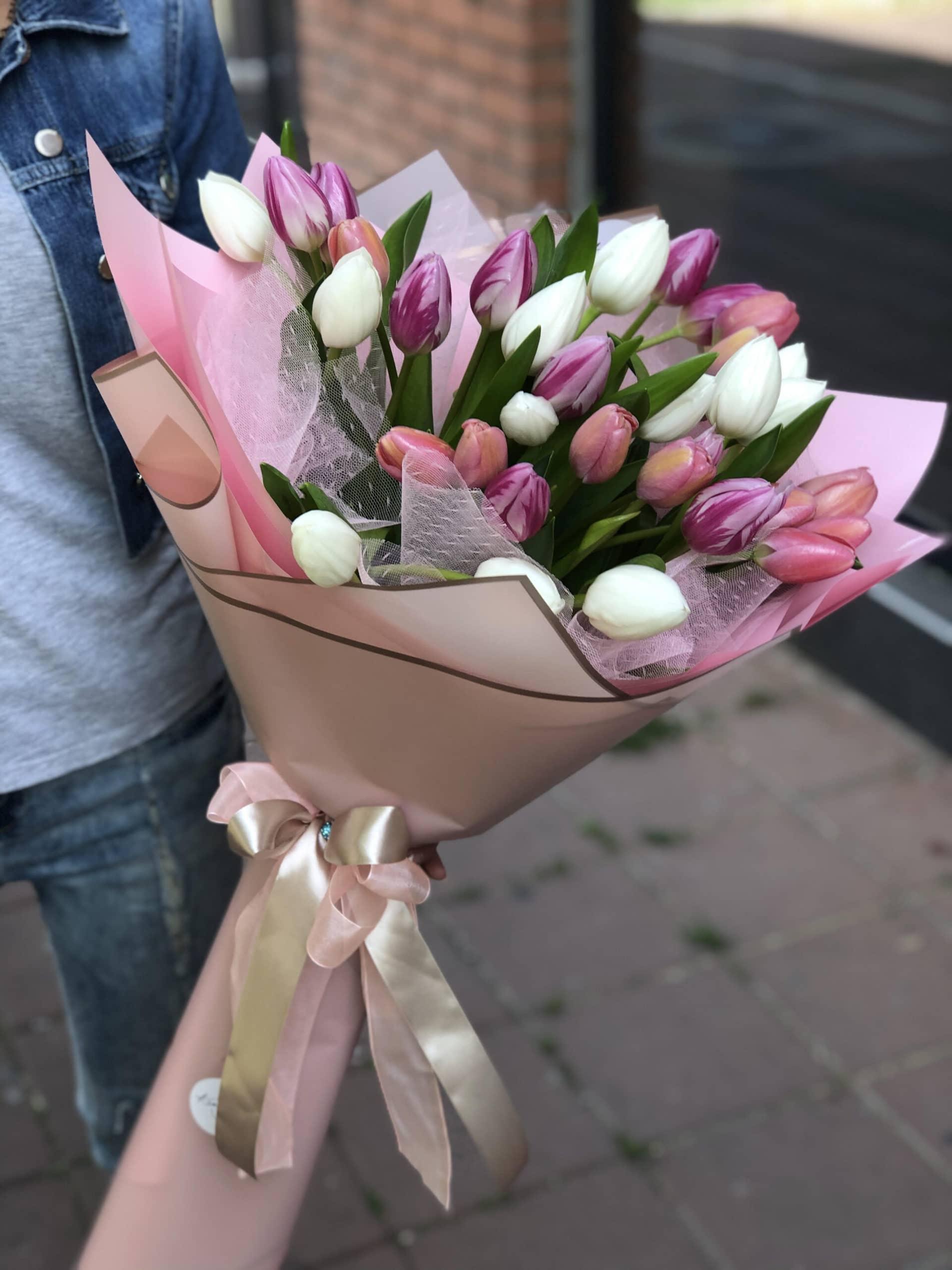 Cveće -buket lala u svetlo rozom ukrasnom papiru