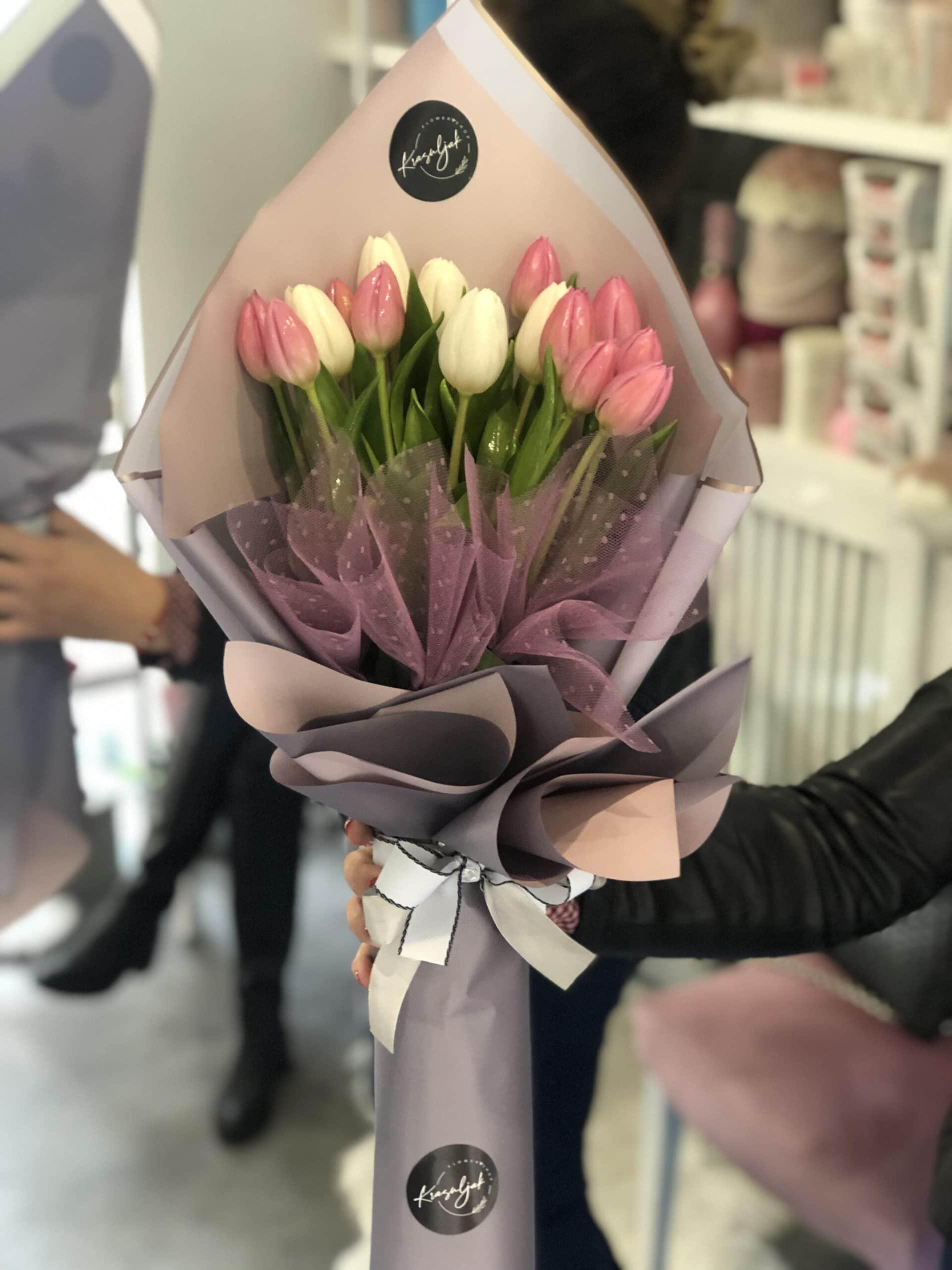 Cveće - lale u sivo rozem ukrasnom papiru