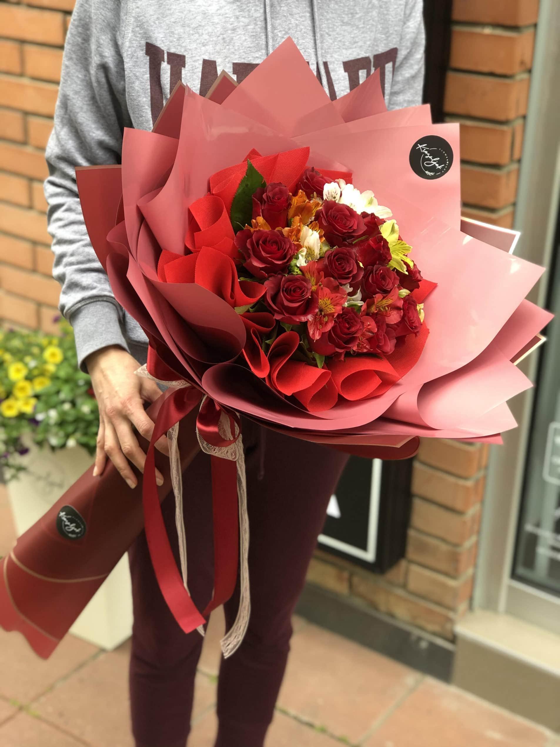 Cveće - crvene ruze u crvenom ukrasnom papiru
