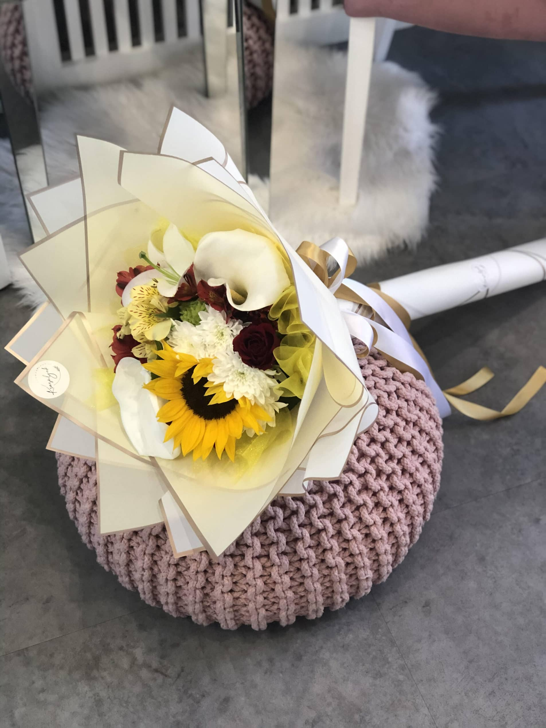 Cveće - buket cveća (suncokret, ruže) u belom ukrasnom papiru