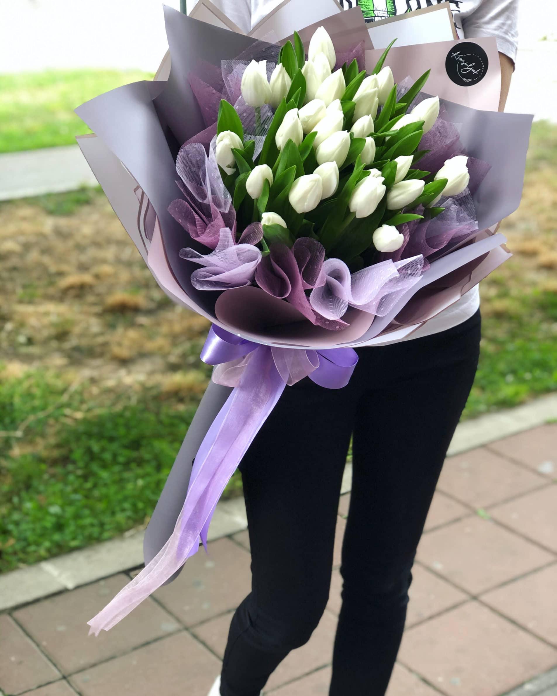 Cveće - buket belih lala u lila papiru