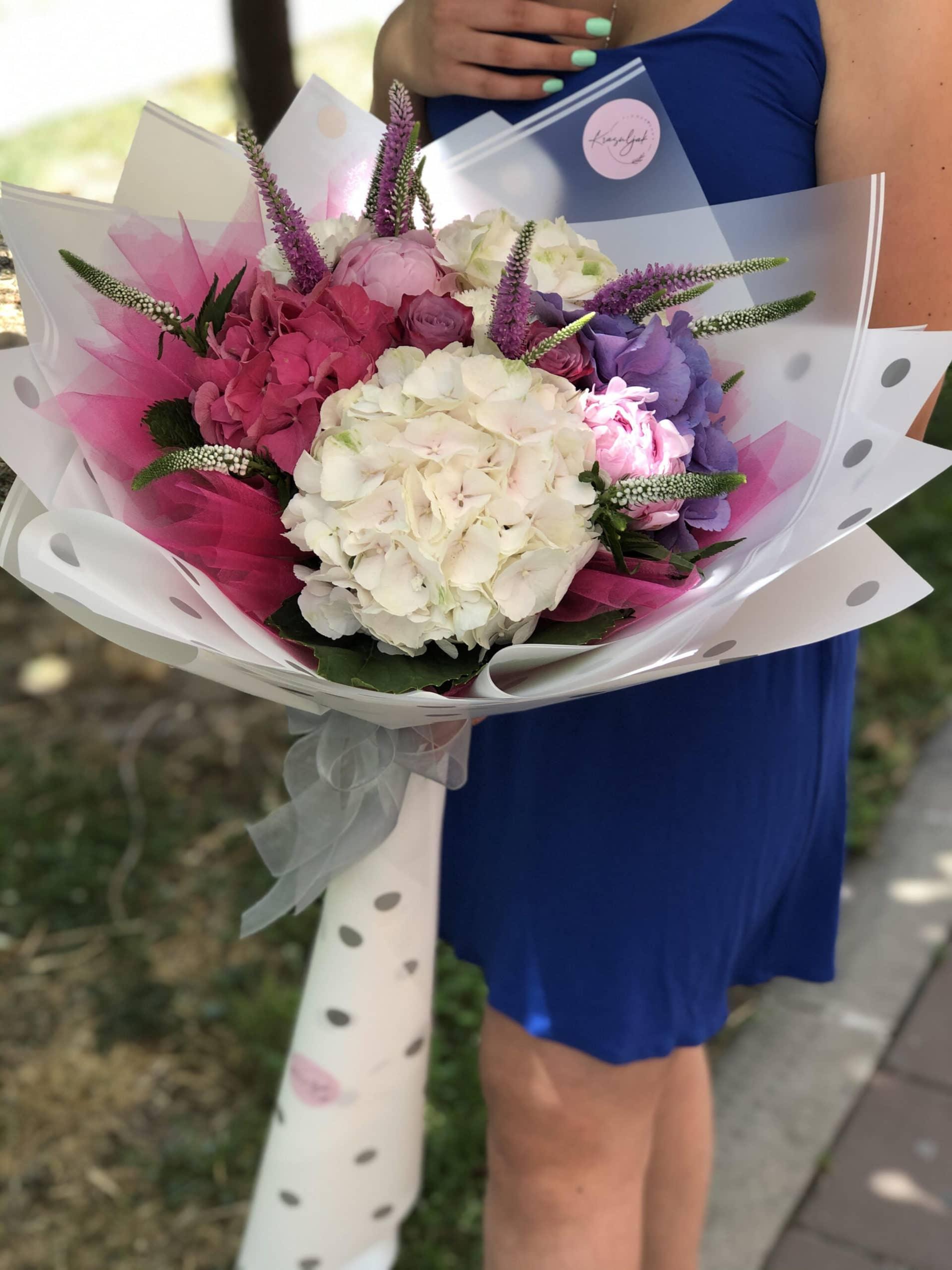 Cveće - buket cveća u belom ukrasnom papiru na tufne
