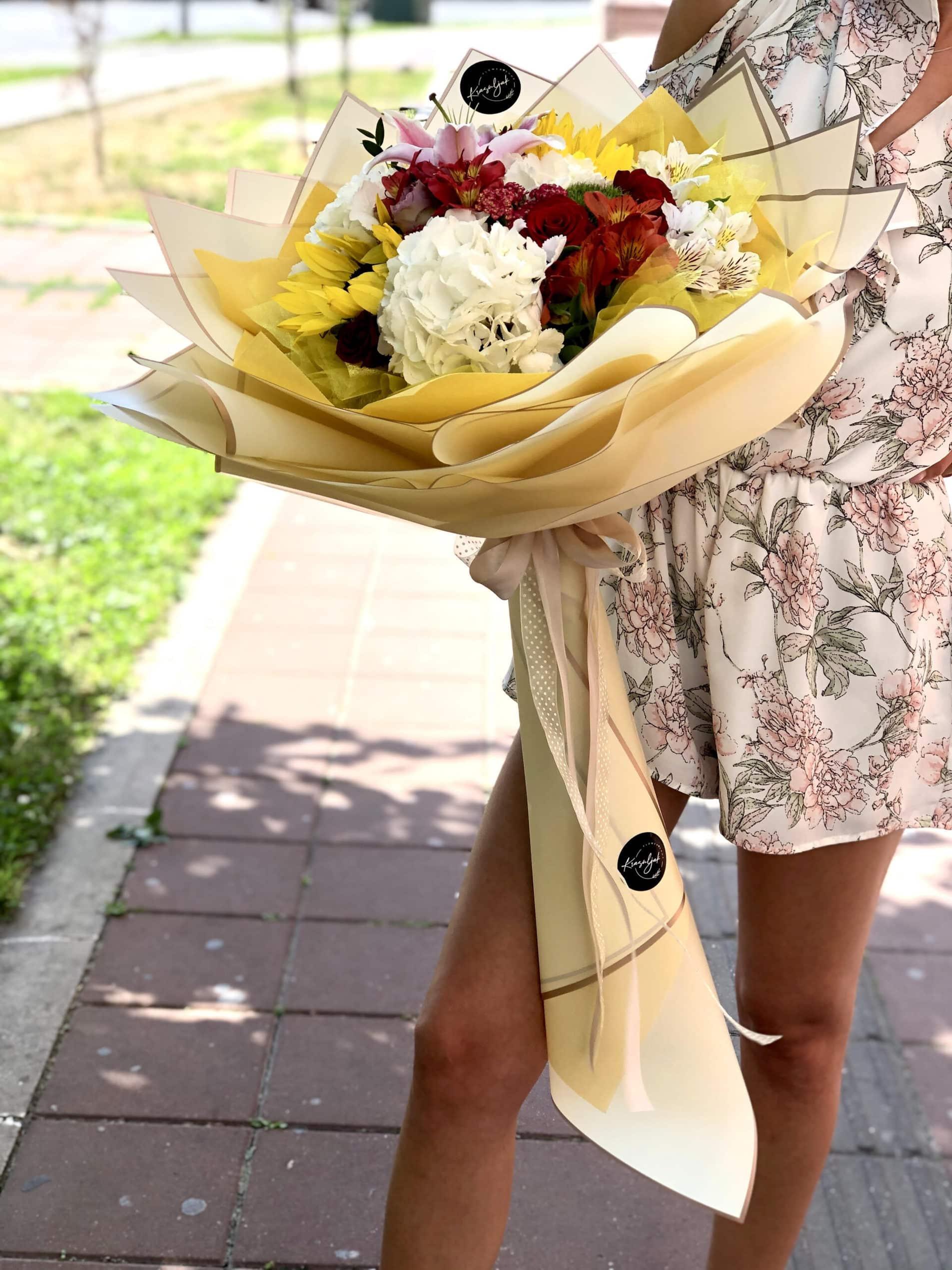 Cveće - šareno cveće u ukrasnom papiru nežno žute boje