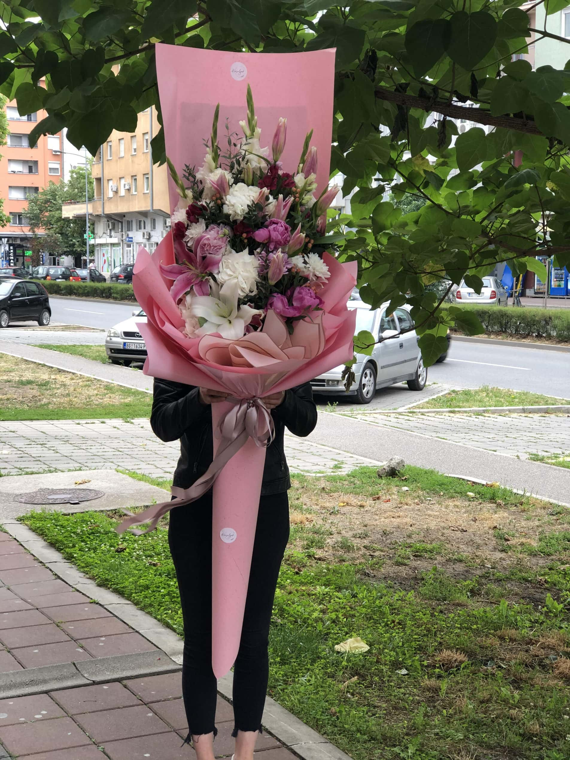 Cvece - ljiljani, buket u ukrasnom papiru roze boje