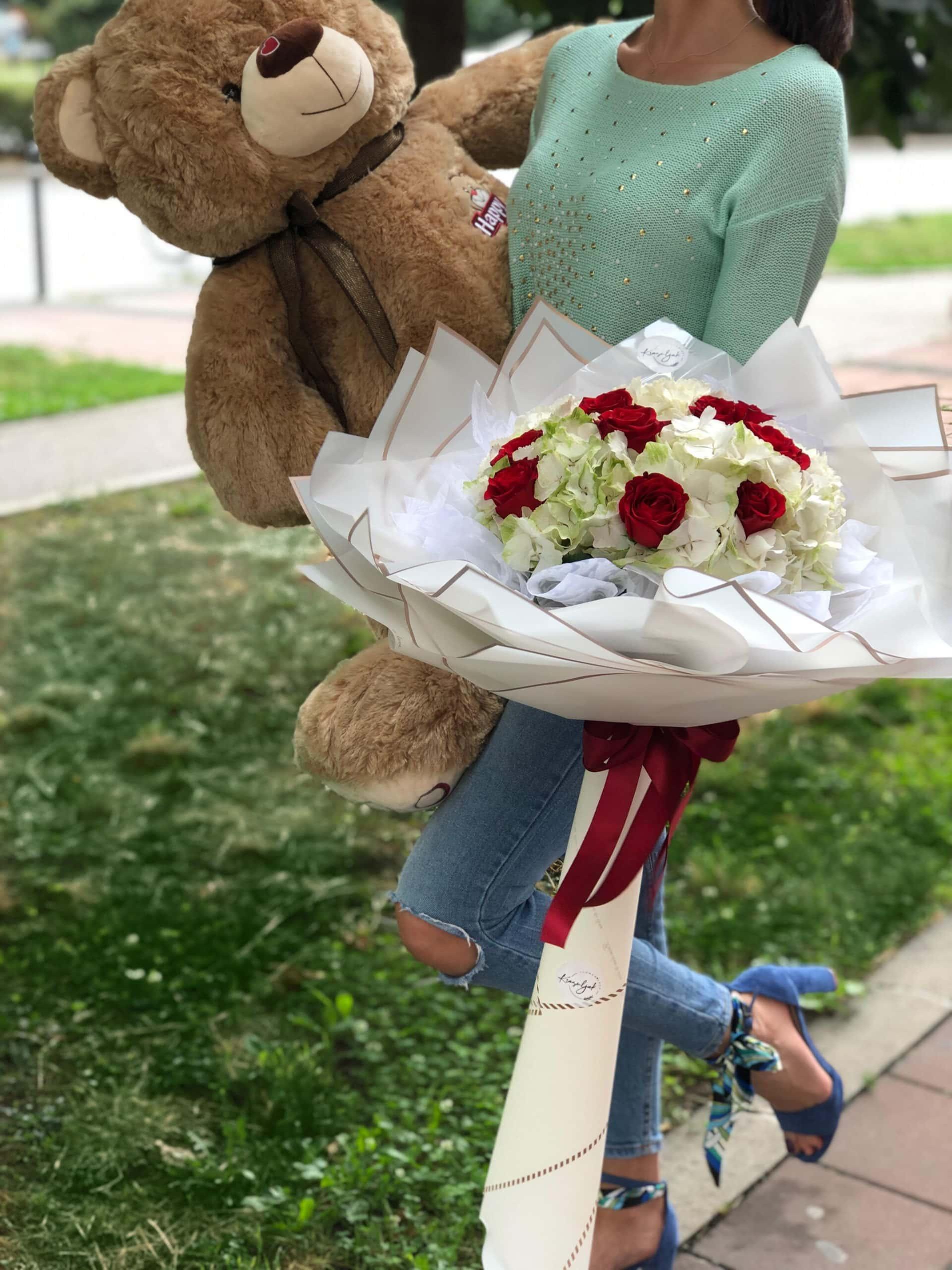 Cveće - buket crvenih ruža, astromerije, beli ukrasni papir