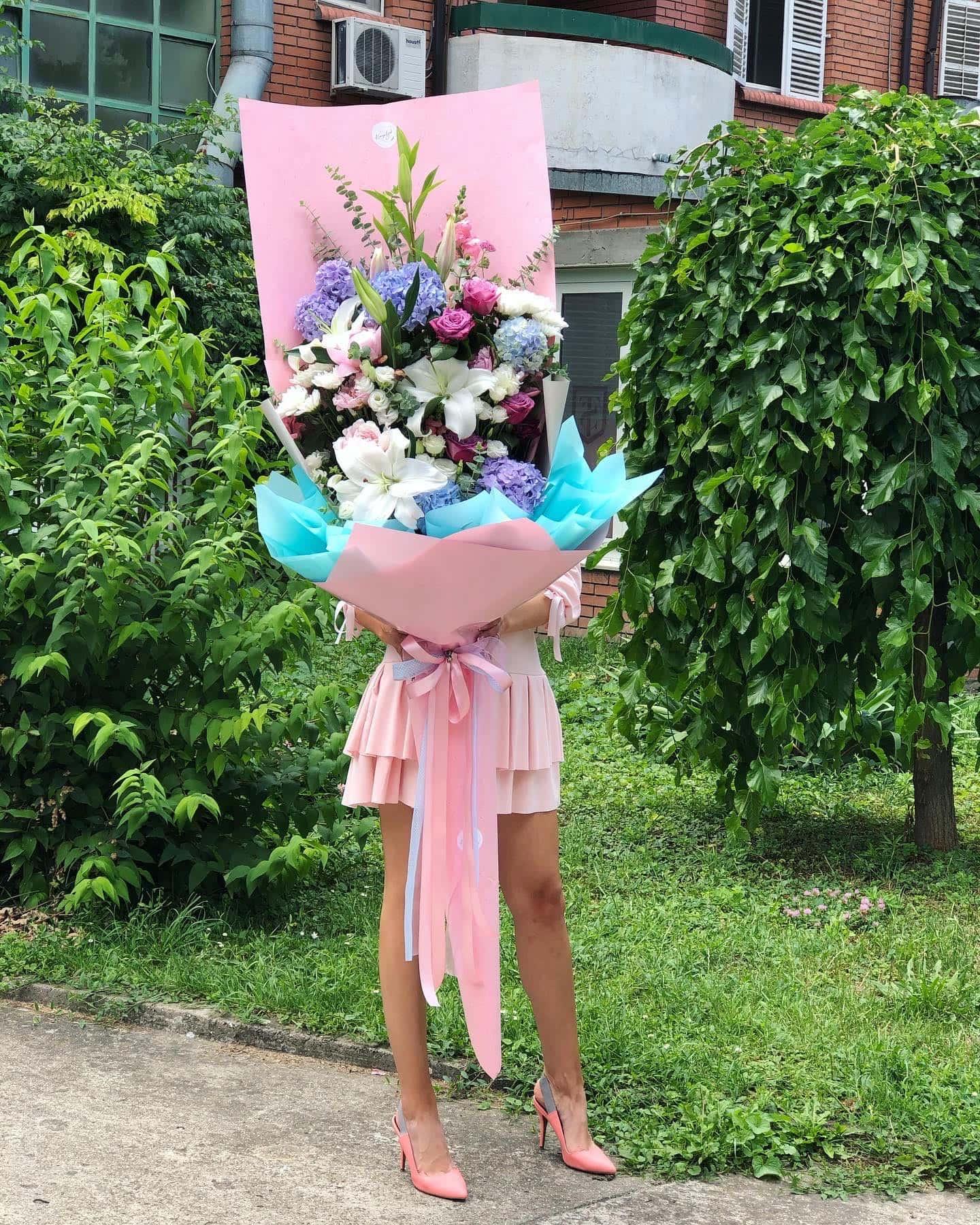 Cvece - veliki xxl buket, ljiljani, rozi i plavi ukrasni papir, astromerije, cvecara novi sad