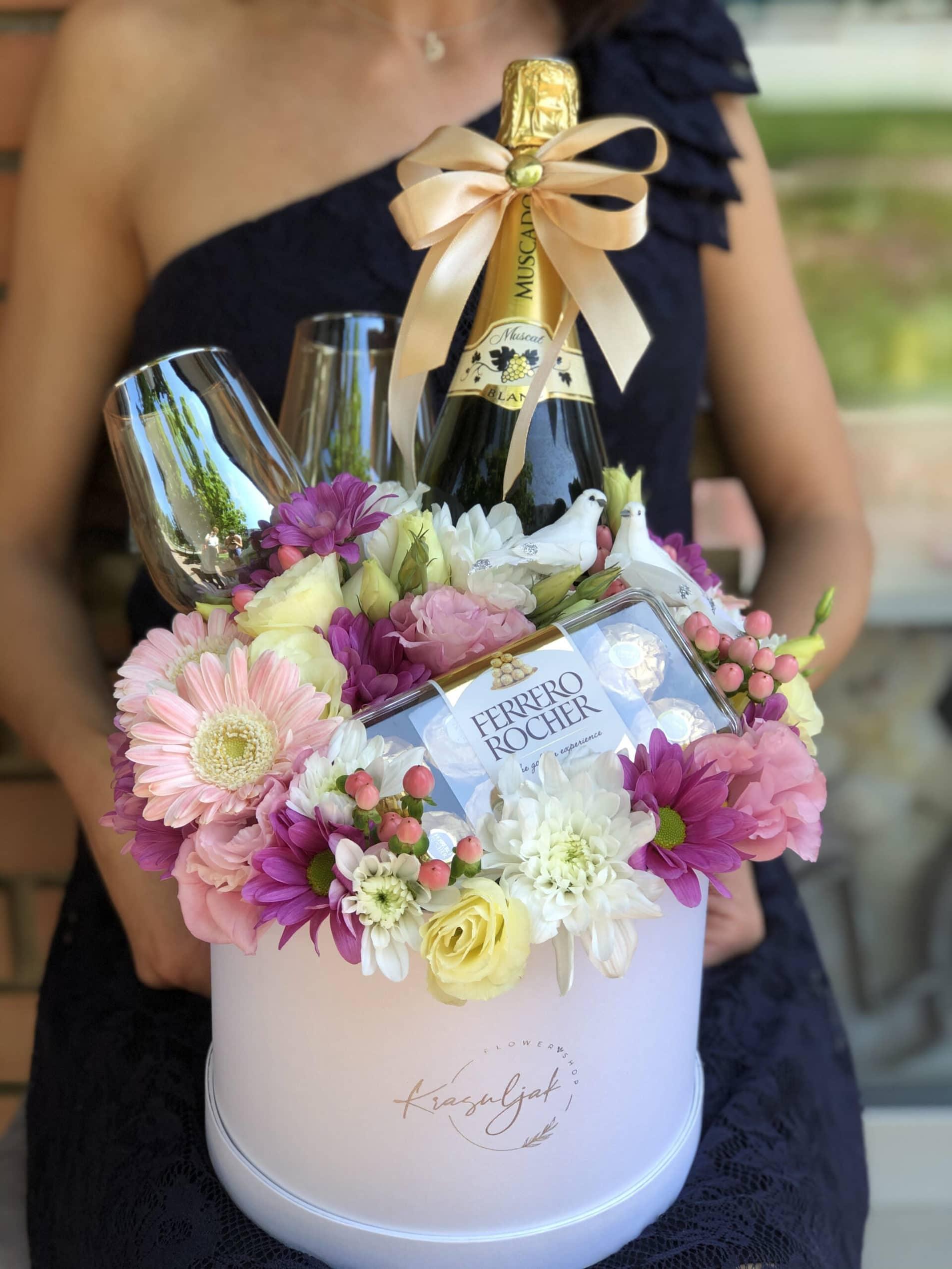Cveće - kutija sa šarenim cvecem, šampanjcem i čokoladicama