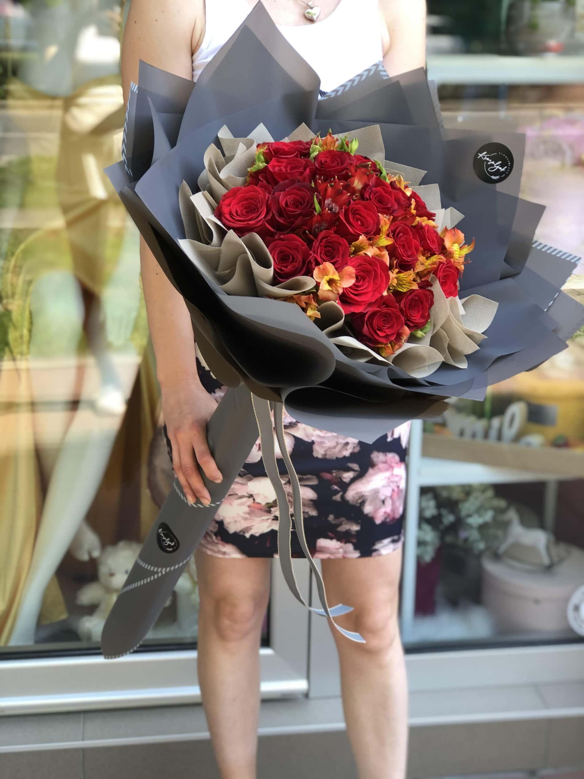 Cvece - crvene ruže, sivi mat papir