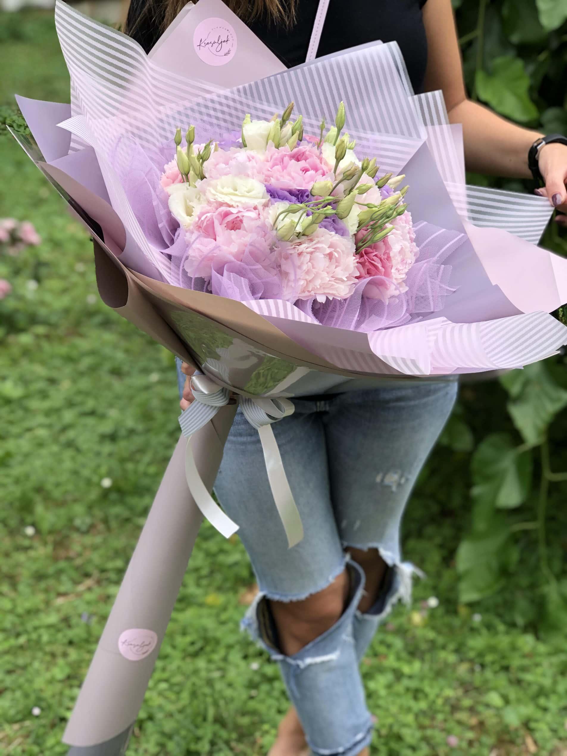 Buket cveca - ukrasni papir na štrafte, roze i belo cveće