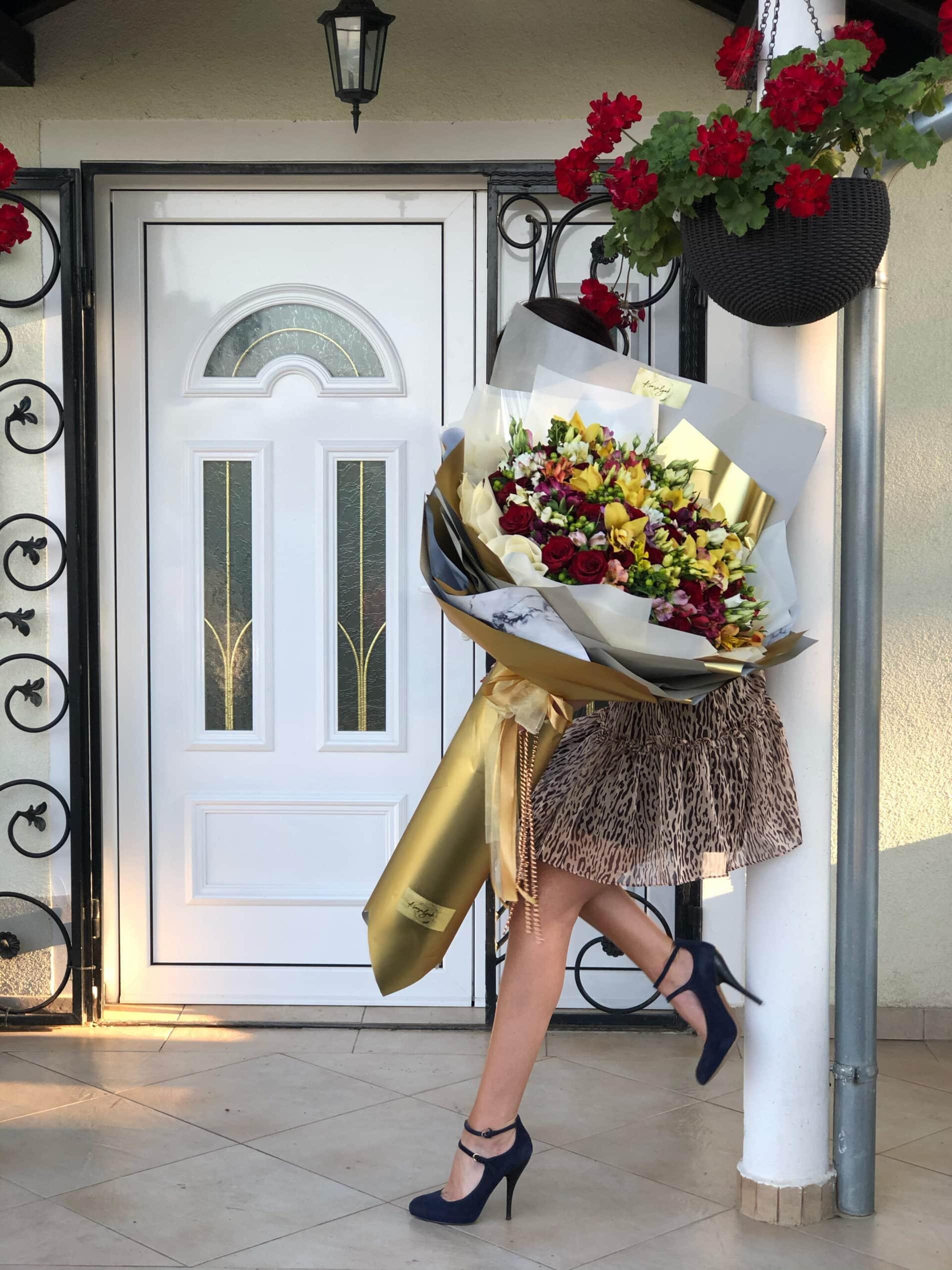 Cvece -ogroman xxl buket šarenog cveća u zlatnom papiru i papiru boje mermera