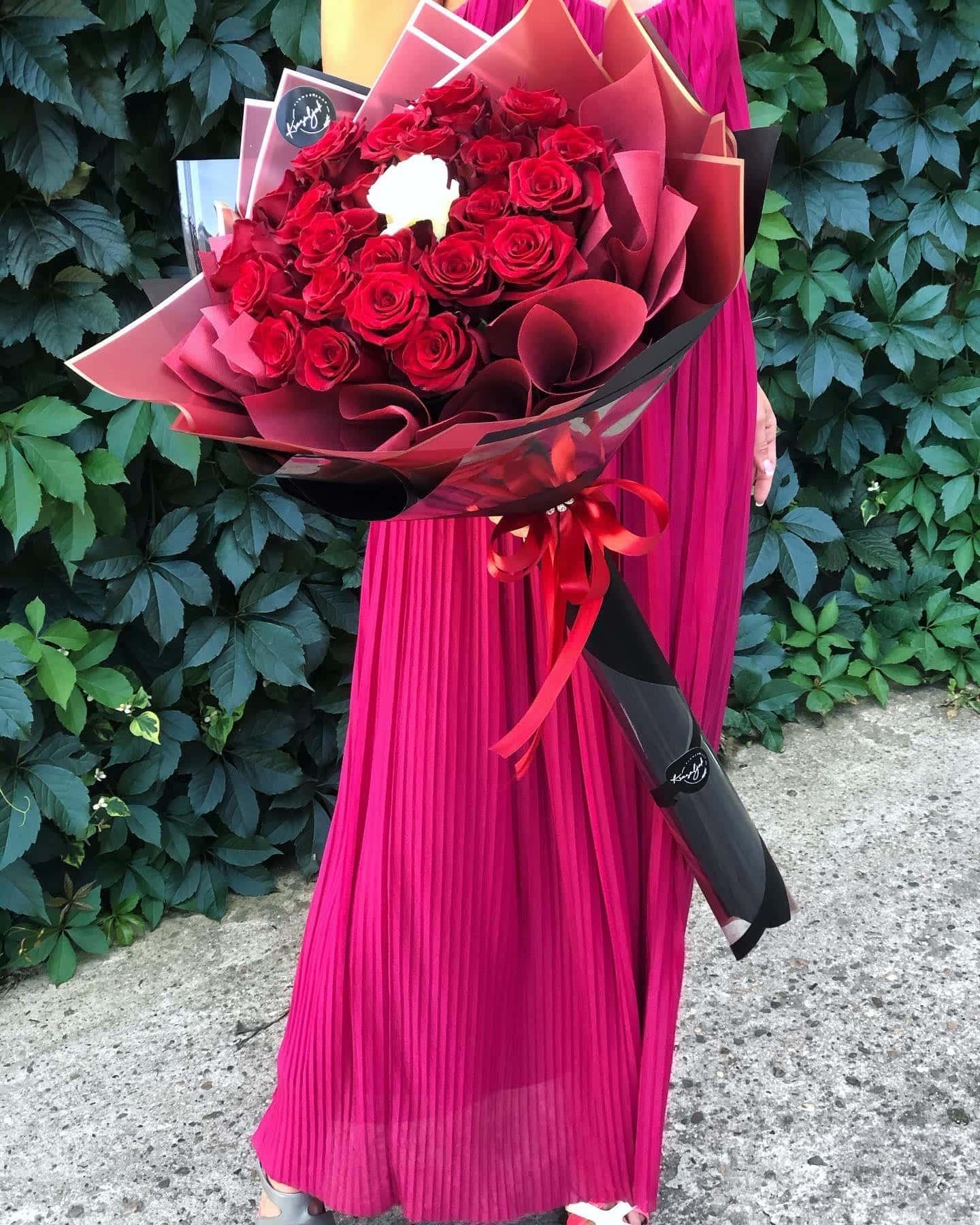 Cvece - crvene ruže u crnom papiru