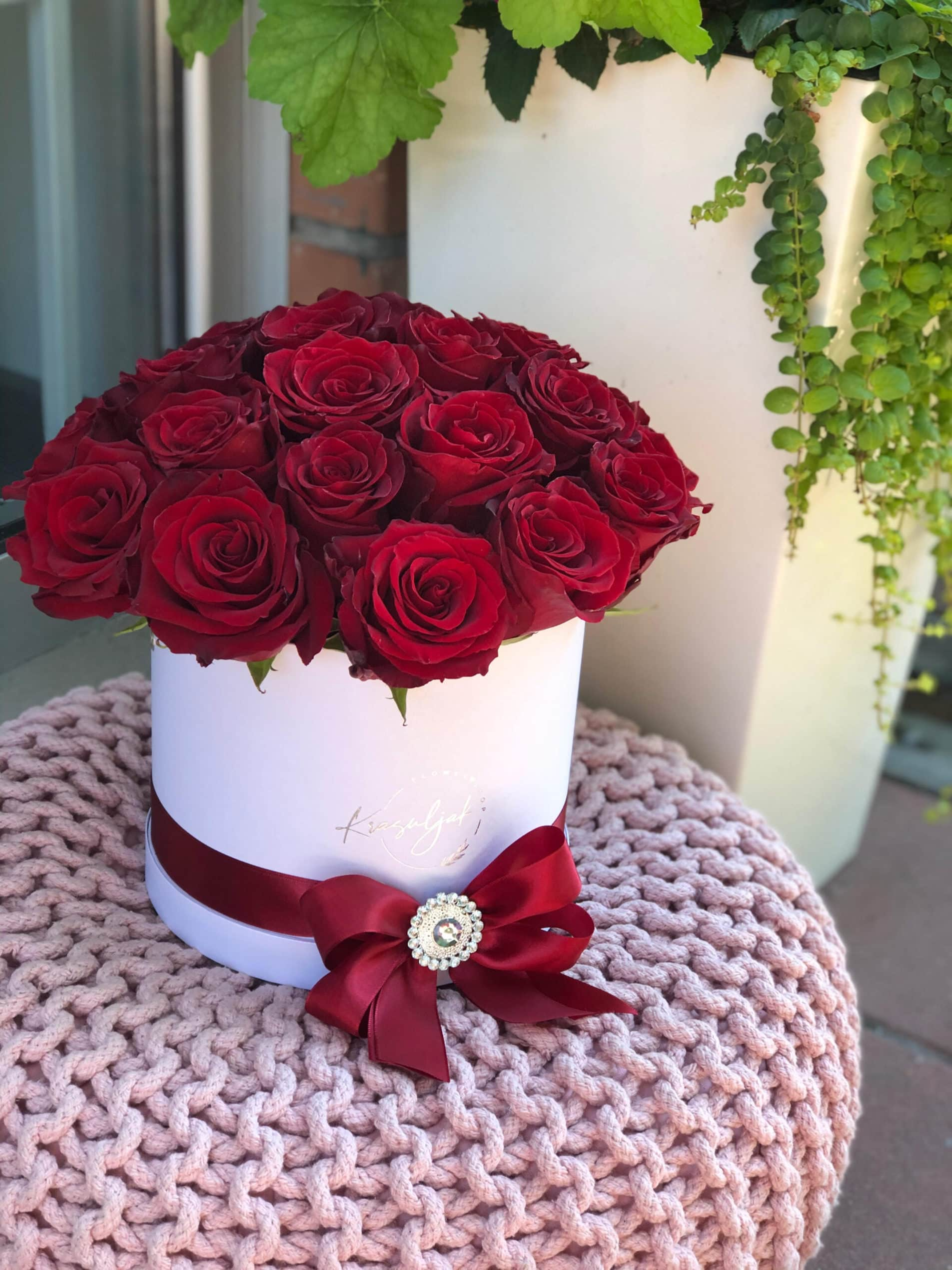 Cveće - bela kutija sa crvenim ružama