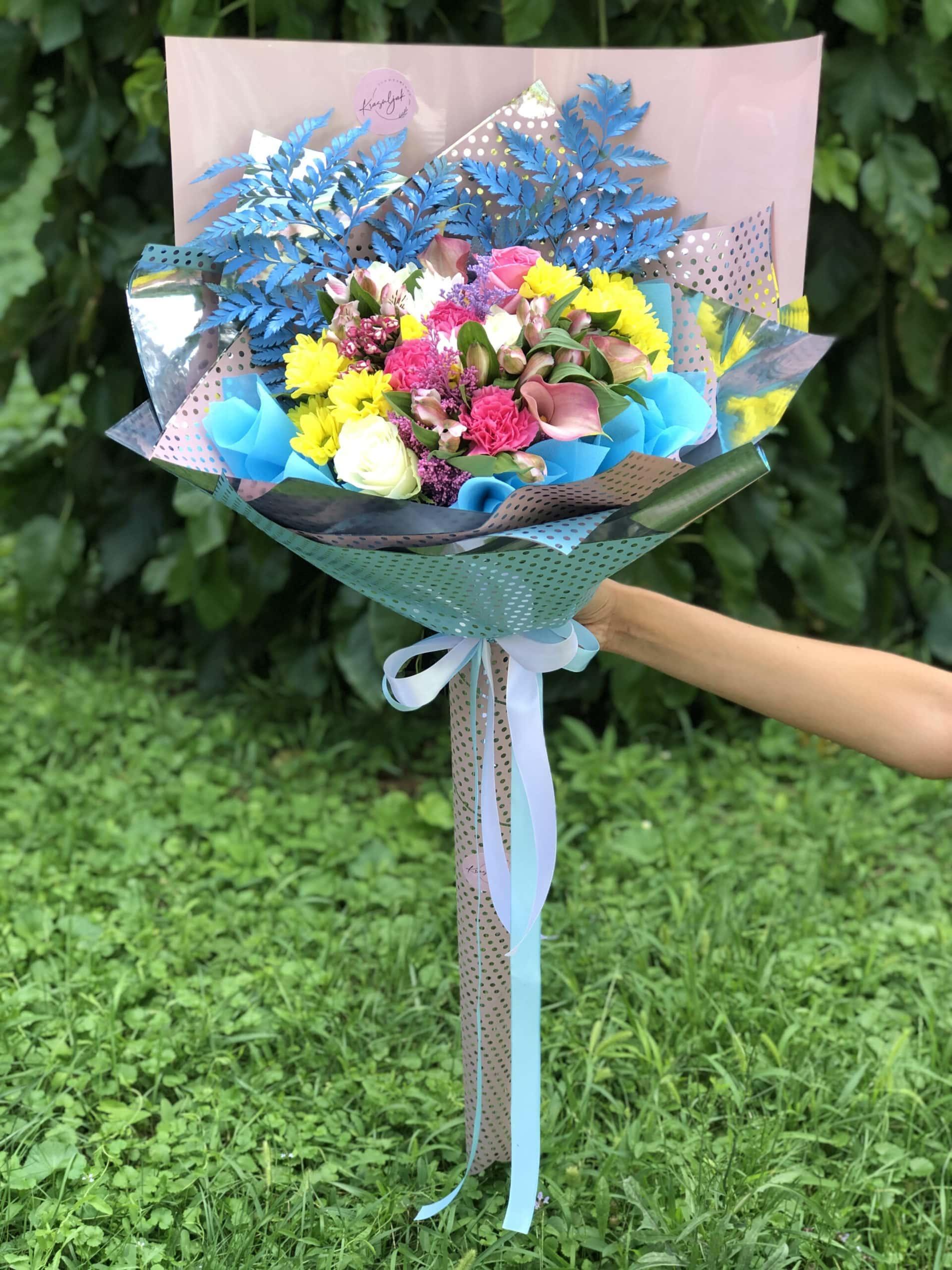 Cveće - šareno cveće u ukrasnom papiru. Buket cveća