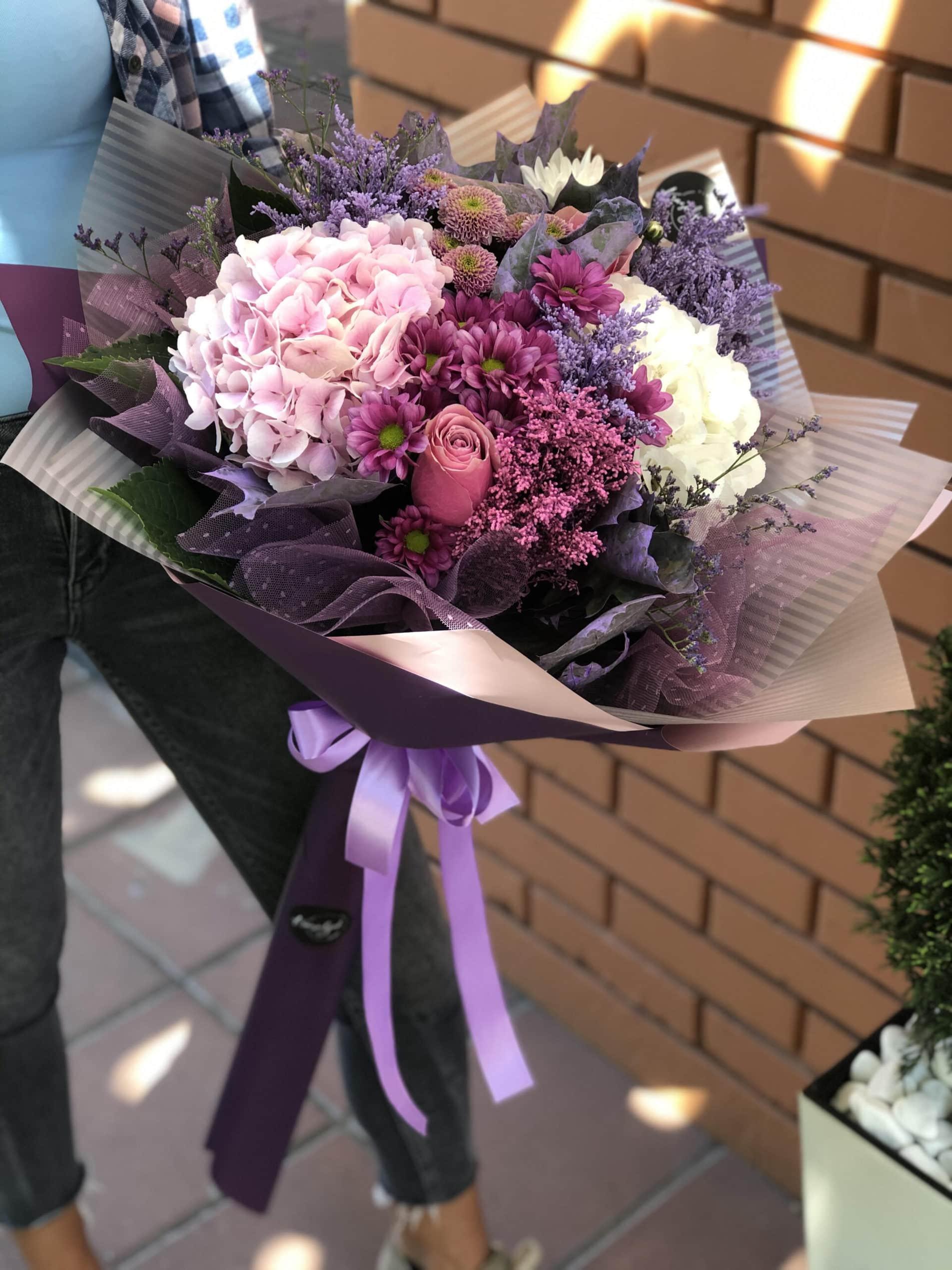 Cveće - buket cveća u rozim tonovima. Ruže, ukrasni papiri