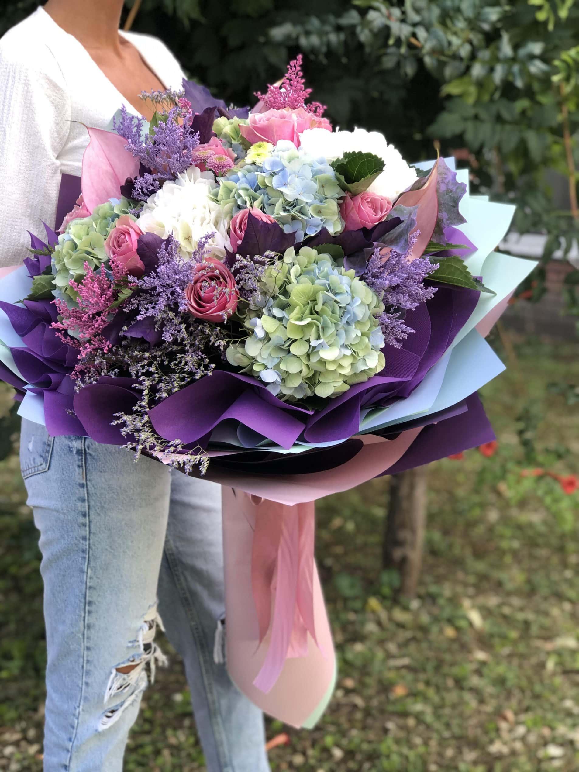 Cveće - šareno cveće u rozem i ljubičastom ukrasnom papiru. Buket