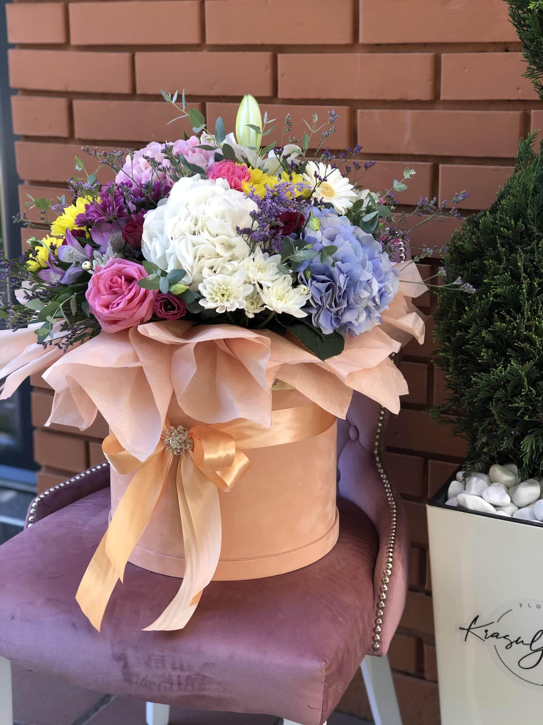 Cveće - plišana kutija puder boje sa šarenim cvećem